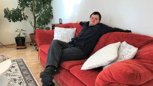 En man i en soffa.