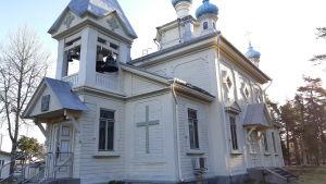 Hangö ortodoxa kyrka, en vit byggnad på Täktomvägen.