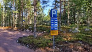 Parkeringsplats i skogen.