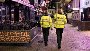 Bild på två poliser som patrullerar på gata i Danmark.