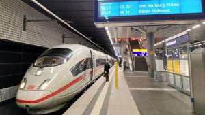 Ett tyskt ICE-tåg står startklart på centralstationen i Berlin