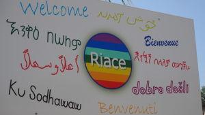 Riace önskar en välkommen på många språk