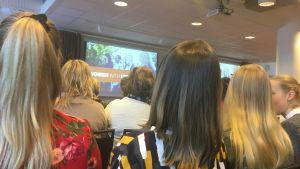 Många kvinnor i publiken på jämställdhetsseminarium.