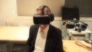 Professori Veikko Surakka VR-lasit kasvoilla