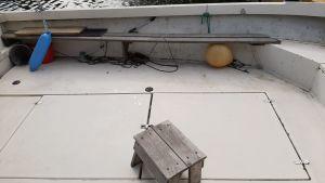 Bojar, en pall och en bänk på en fiskebåt.