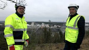 Två män framför gruvan i Pargas.