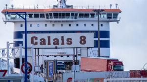 Rekka-autoja purkautuu laivasta Calaisin satamasta.