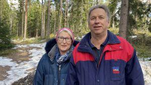 Helena och Klaus står och ler i skogen.