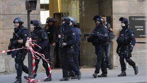 Franska beväpnade poliser utanför konstmuseet Louvren i Paris, efter att en man gick till attack med kniv.