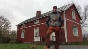 Viktor Hertén framför familjens hemgård i Vexala.