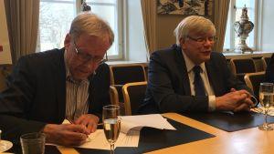 rektorerna för åbo akademi och åbo universitet skriver under ett avtal
