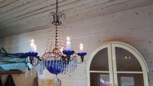 Ljuskrona i minihus.