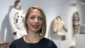 Cassandra Hatton framför rymddräkter som säljs på Sotheby´s