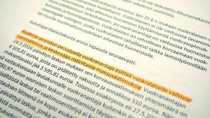 Närbild på ett papper med svart text.