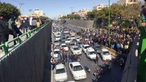 Vägar över hela Iran blockerades av folk som parkerade sina bilar mitt på vägarna. Bilden är från Isfahan i mellersta Iran.