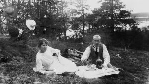 Kuvassa mies ja nainen piknikillä Seurasaaressa 1920-luvulla.
