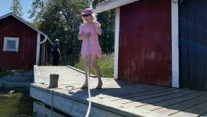 Elvira Fihlman förtöjer båten i bryggan.