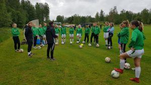 Spelarna i laget samlat kring tränaren.