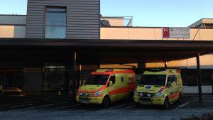 Ambulanser vid Mellersta Österbottens centraljsukhus i Karleby.
