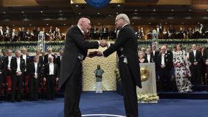 Kip S. Thorne tar emot Nobelpris av Sveriges kung.