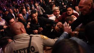 Skandalscener efter UFC-fajten mellan Nurmagomedov och McGregor.