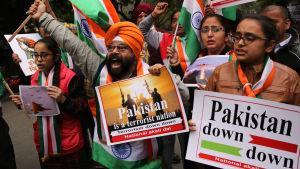 Aktivister från sikhernas Akali Dal-parti i Punjab firade de indiska bombräderna riktade mot mål i pakistanska Kashmir på tisdagen.