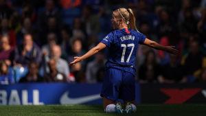 Adelina Engman firar ett mål på knäna.