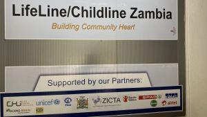 "En skylt med texten ""LifeLine/Chuldline Zambua - Building Community Heart."