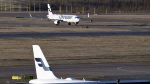 Två Finnair-plan på Helsingfors-Vanda flygfält.
