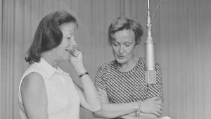 Eeva-Kaarina Volanen ja ohjaaja Ritva Ahonen Hilda Husso -kuunnelman äänityksissä vuonna 1976.