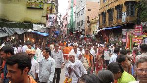 Ihmisiä Delhin kaduilla