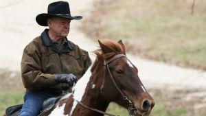 Roy Moore anländer till vallokalen på häst.