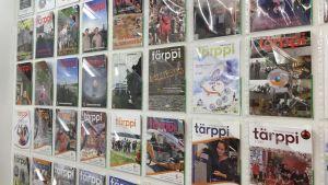 En vägg med flera exemplar av tidningen som ges ut av föreningen Turun seudun työttömät.