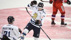 Antti Suomela jublar efter ett mål mot Tjeckien