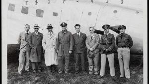 Miehiä rivissä seisomassa lentokoneen edessä.