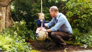 Prins William med sonen Louis på Chelsea trädgårdsutställning i London