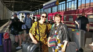 Två glada tågresenärer på en perrong i Berlin.