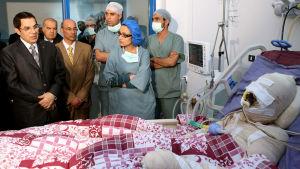 Tunisiens president Zayn al-Abidin Ben Ali besöker Mohammed Bouazizi på sjukhuset i Tunis efter att Bouazizi bränt sig själv på gatan.