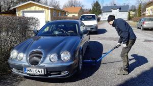 Filip Wikman byter däck på en bil.