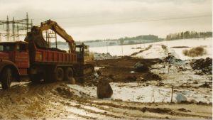 Maskin som gräver i Karis på det som blir riksväg 25.