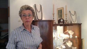Smyckesdesigner Jaana Lehtinen i sin ateljé på Petersgatan i Helsingfors.
