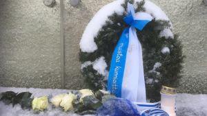 En krans på hjältegraven då Estland firar 100 år.
