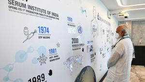 Indiens premiärminister Narendra Modi besöker Indiens seruminstitut för att granska utvecklingen av ett covid-19-vaccin.