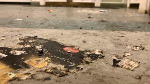 Skräp ligger på golvet.