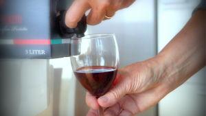Att dicka vin har blivit allt mera populärt bland äldre finländare.