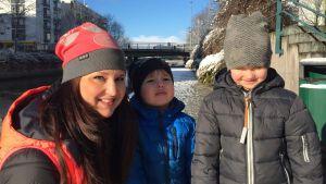 En kvinna med två barn.