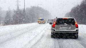 En bil har kört på en annan bil bakifrån i vintrigt väder