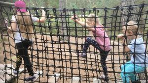 Tre barn på äventyrsbana i Estland