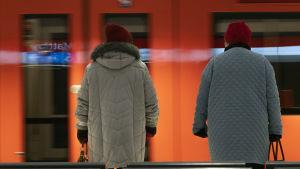Matkustajia nousemassa metron kyytiin