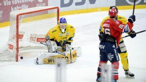 Jukurits målvakt släpper in en puck mot HIFK